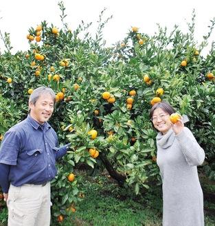 会場で笑みを浮かべる古矢さん(左)と鈴木さん