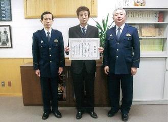 感謝状を手にする岡田オーナー(中央)