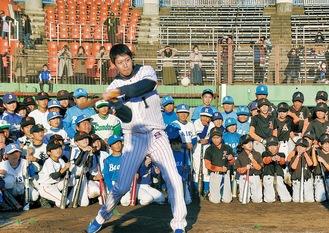 山田選手の打撃にくぎづけの小学生たち