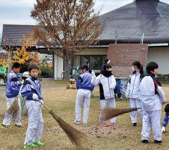 園内の掃き掃除を行う文命中の生徒ら