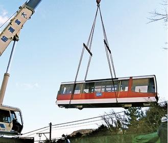 線路から吊り上げられるケーブルカー