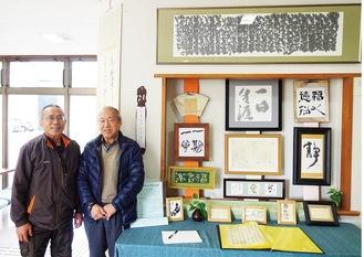 展示作品と小金さん(左)