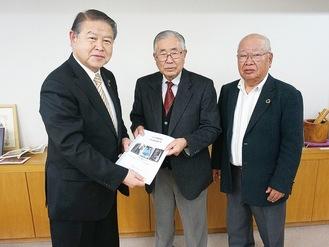 加藤市長(左)に報告書を手渡す込山会長(中)と岩田静雄さん。下写真は報告書の表紙