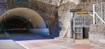 新道(左)の隣にたたずむ廃トンネル