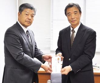 荻野専務(左)から菊川会長に寄付金が手渡された