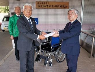 受け取った山室会長(手前左)と贈った内藤理事長