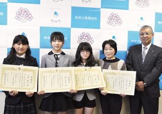 (左から)西島さん、加藤さん、湯川さん、高村さんと府川町長