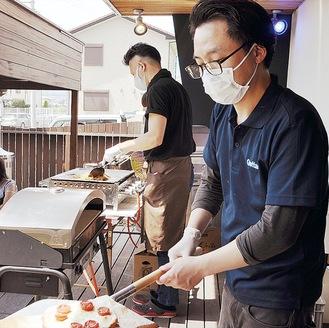 出来たてのピザや焼きそばなどを車に届ける(開成町のグロッタブルーで/5月3日)