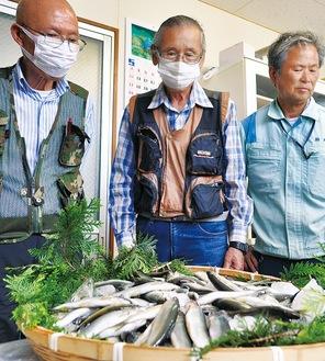 酒匂川で釣れたアユと同川組合の篠本組合長(左)と組合員
