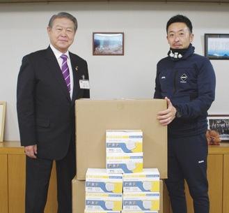 加藤修平市長にマスクを手渡す西條さん(右)