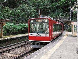 試運転で塔ノ沢駅ホームに進入してくる登山電車(5月14日)