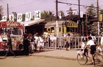 現在の小田原駅東口ロータリー付近にあった市内電車のりば(1956年)=小田原市提供