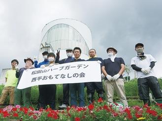 清掃活動に参加した松田町商工青年会のメンバーら