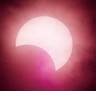 撮影した部分日食(午後4時53分)=提供