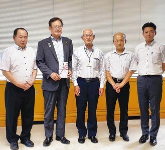 寄付を受けとる湯川裕司町長(左から2人目)