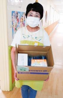 寄贈されたマスクを持つ吉川園長