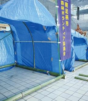 竹とブルーシートで作る仮設テント