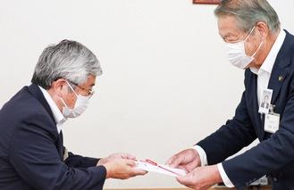 寄付を手渡す内藤理事長(左)と加藤市長