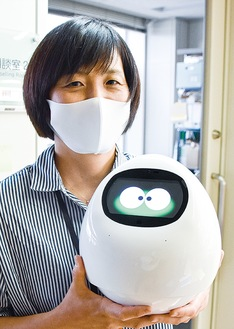 ロボットを手にする町職員