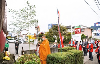 だるま碑の前で交通事故の減少や五穀豊穣を願う参加者