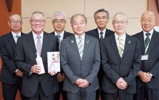 山本会長(前列中央)と1市5町の教育長