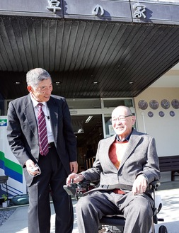 寄贈した中村会長(左)と試乗する櫻井理事長