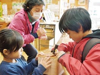 ヤマネのすみかとなる木箱を作る子どもたち