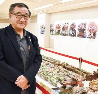 新谷実行委員長と展示会場
