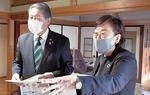 施設を見学する加藤市長(左)