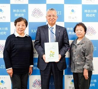 (左から)小野さん、府川町長、荻野さん