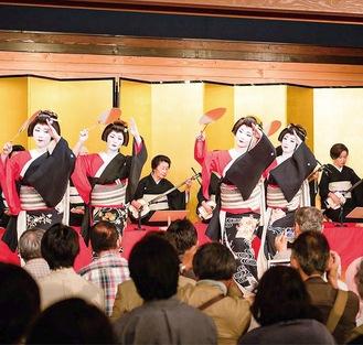 華麗な踊りで観客を魅了する芸者(組合提供 写真は過去)