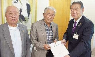 加藤市長(右)に要望書を渡す込山会長(中央)と岩田静夫さん