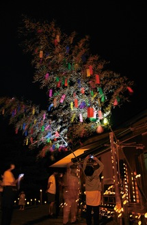 竹飾りと灯籠の光に包まれた会場