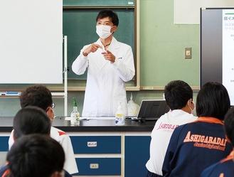 生徒たちに説明する阿部氏
