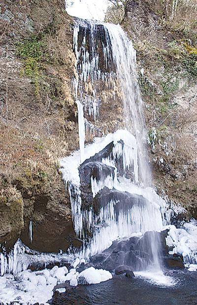 寒さに滝も凍る