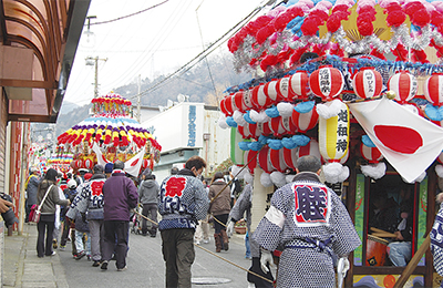 花車と神輿が町内を巡行
