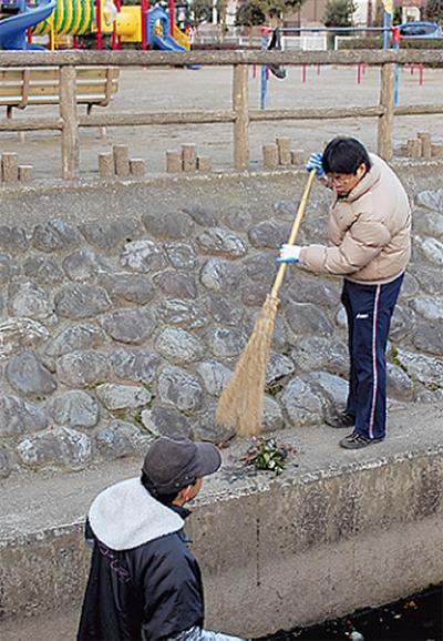有志が集まり公園清掃