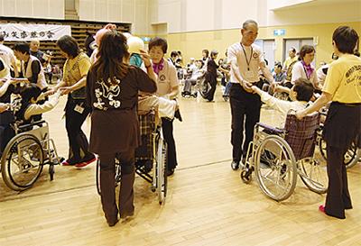車椅子ダンスで交流