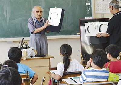 竹筆を児童が体験