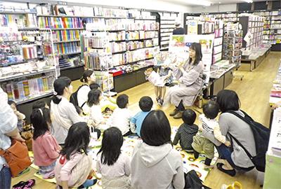 書店で読み聞かせ会
