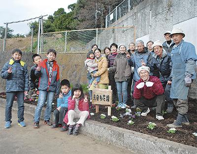 花壇整備で住民交流