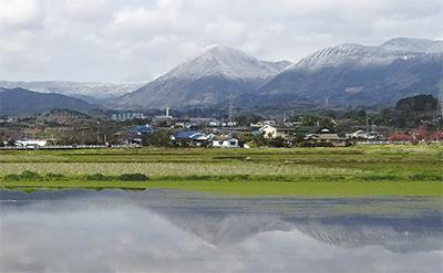 雪の矢倉岳水面に映る
