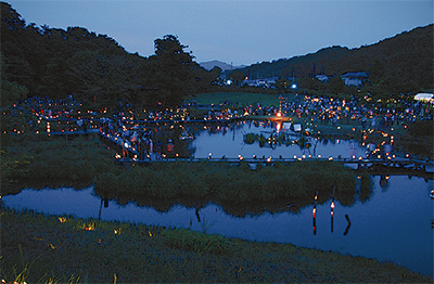 ホタル名所で竹灯篭
