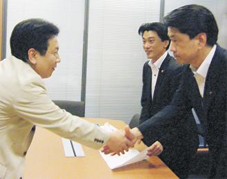 枝野長官(左)と面会する加藤市長(右)と神山議員(中央)