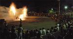 手筒花火を囲む観客