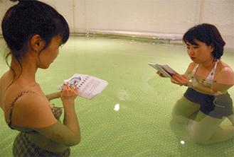 湯船で読書に励む三重県からの観光客は「私は雑誌をお風呂に持ち込む習慣があるので、この企画は嬉しい」と笑顔。親子の読みきかせも多い
