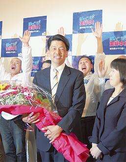 当選を喜ぶ加藤氏の選挙事務所