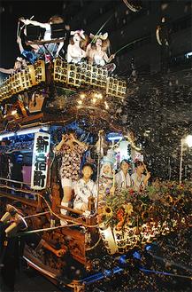 シャボン玉を吹き出しながら行く新宿町の山車