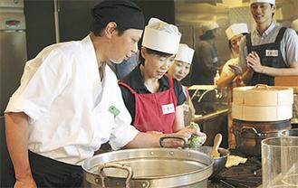 指導に立った岡野料理長(左)
