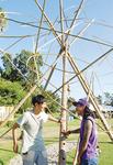 高さ約6mの作品をくみ上げたバンブープロジェクトの青木将人さん(湯河原在住=左)と関口修さん(秦野在住=右)